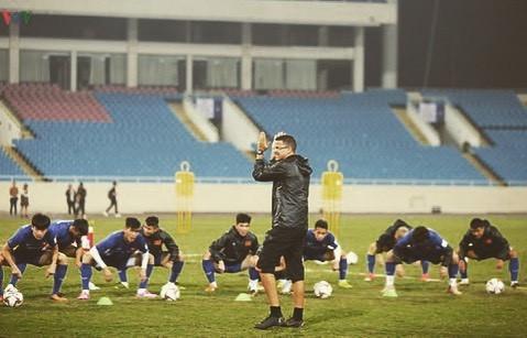 HLV thể lực tuyển Việt Nam tập hát Quốc ca để chuẩn bị cho Asian Cup-3