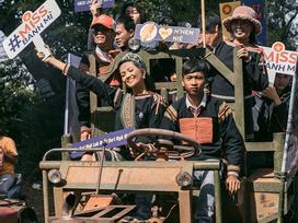 Lập kỳ tích tại Miss Universe, H'Hen Niê lái công nông trở về buôn làng trong tình thương ngập lối