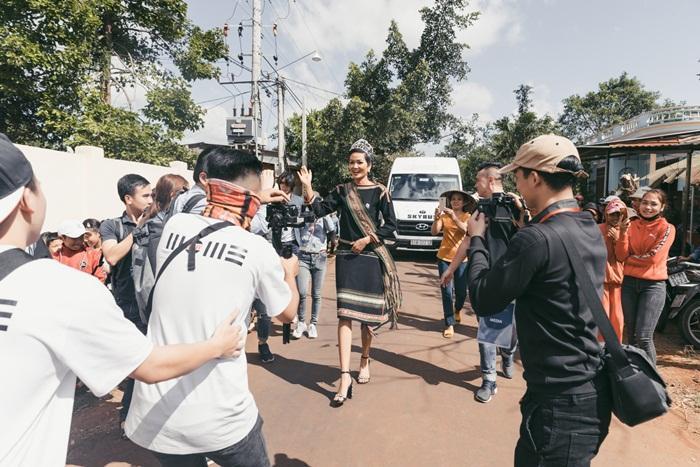 Lập kỳ tích tại Miss Universe, HHen Niê lái công nông trở về buôn làng trong tình thương ngập lối-1