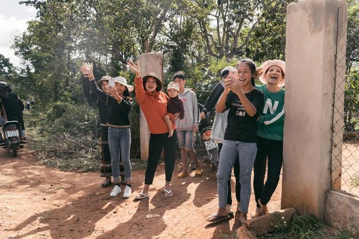 Lập kỳ tích tại Miss Universe, HHen Niê lái công nông trở về buôn làng trong tình thương ngập lối-11