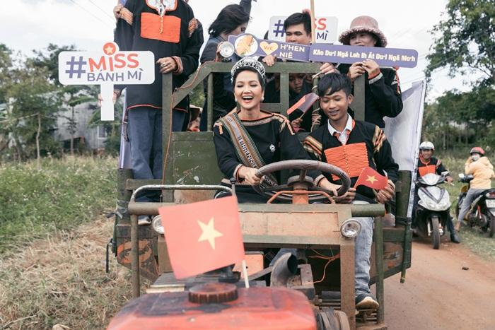 Lập kỳ tích tại Miss Universe, HHen Niê lái công nông trở về buôn làng trong tình thương ngập lối-12
