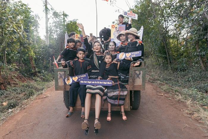 Lập kỳ tích tại Miss Universe, HHen Niê lái công nông trở về buôn làng trong tình thương ngập lối-13