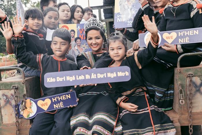 Lập kỳ tích tại Miss Universe, HHen Niê lái công nông trở về buôn làng trong tình thương ngập lối-14