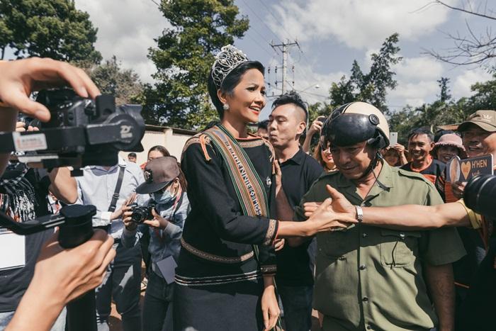 Lập kỳ tích tại Miss Universe, HHen Niê lái công nông trở về buôn làng trong tình thương ngập lối-2