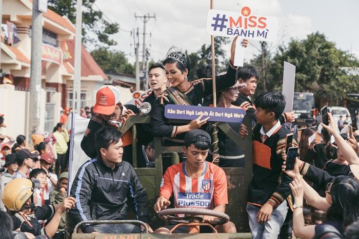 Lập kỳ tích tại Miss Universe, HHen Niê lái công nông trở về buôn làng trong tình thương ngập lối-4