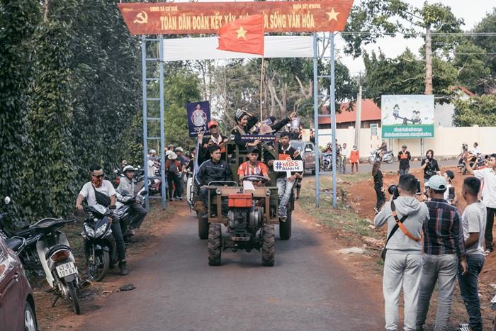Lập kỳ tích tại Miss Universe, HHen Niê lái công nông trở về buôn làng trong tình thương ngập lối-6