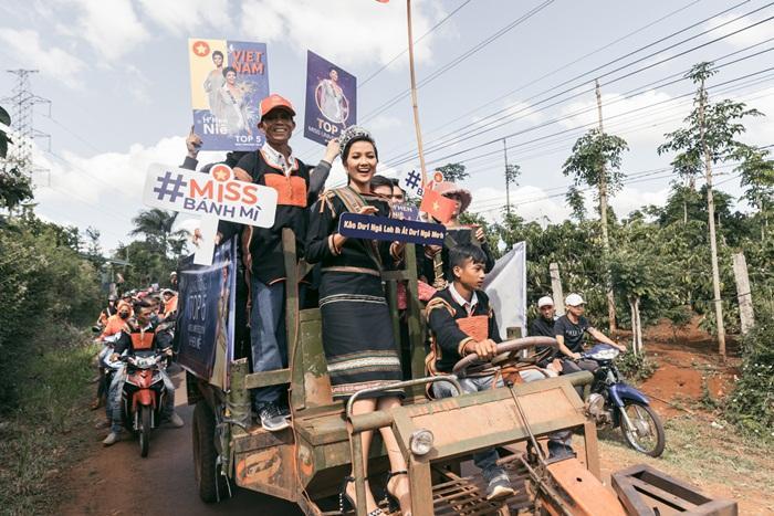 Lập kỳ tích tại Miss Universe, HHen Niê lái công nông trở về buôn làng trong tình thương ngập lối-9