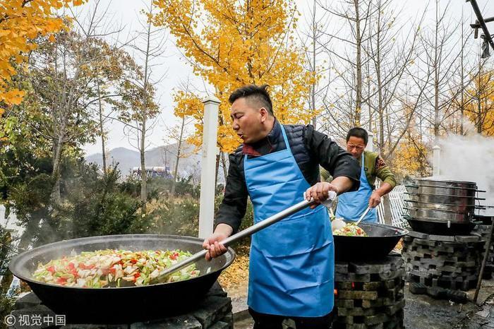 Choáng với tiệc cưới toàn bào ngư, cá hồi phục vụ 1.500 khách ở nông thôn Trung Quốc-2