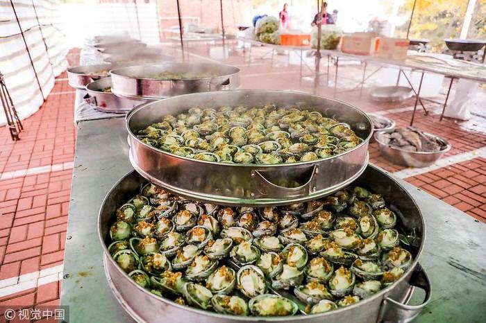 Choáng với tiệc cưới toàn bào ngư, cá hồi phục vụ 1.500 khách ở nông thôn Trung Quốc-3