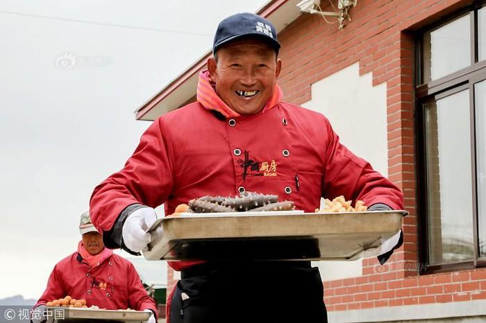 Choáng với tiệc cưới toàn bào ngư, cá hồi phục vụ 1.500 khách ở nông thôn Trung Quốc-4