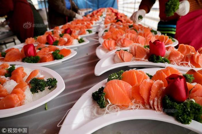 Choáng với tiệc cưới toàn bào ngư, cá hồi phục vụ 1.500 khách ở nông thôn Trung Quốc-6