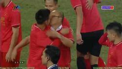 HLV Park Hang Seo đỏ mặt tía tai giải thích về nụ hôn với Văn Quyết