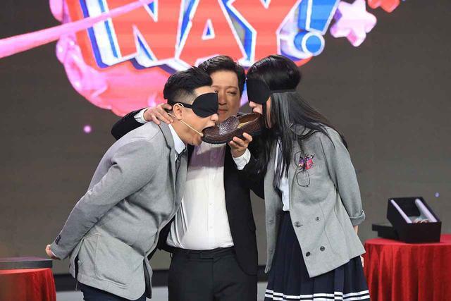 Trường Giang, Hari Won cùng Lâm Khánh Chi ngoạm bốt, Quỳnh Anh Shyn và MC Đại Nghĩa cắn dép lào trên sóng truyền hình-1
