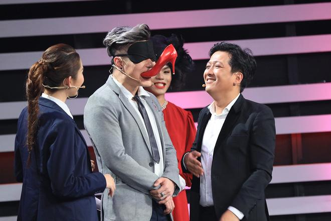 Trường Giang, Hari Won cùng Lâm Khánh Chi ngoạm bốt, Quỳnh Anh Shyn và MC Đại Nghĩa cắn dép lào trên sóng truyền hình-2
