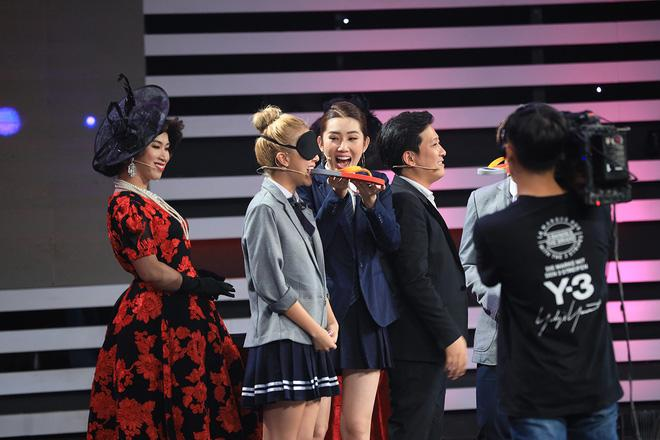Trường Giang, Hari Won cùng Lâm Khánh Chi ngoạm bốt, Quỳnh Anh Shyn và MC Đại Nghĩa cắn dép lào trên sóng truyền hình-3