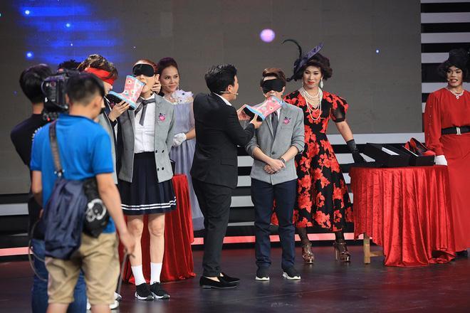 Trường Giang, Hari Won cùng Lâm Khánh Chi ngoạm bốt, Quỳnh Anh Shyn và MC Đại Nghĩa cắn dép lào trên sóng truyền hình-4