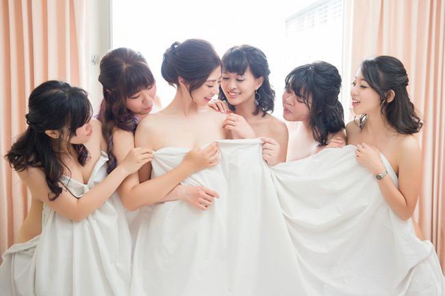 Cô dâu trẻ vô tư nude cùng dàn phù dâu khiến cộng đồng mạng phẫn nộ-6