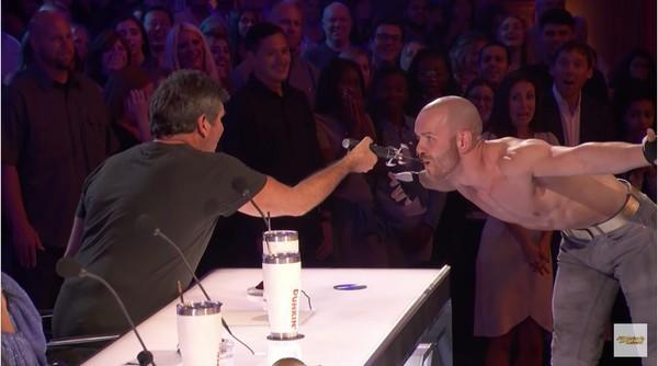 Americas Got Talent: Giở trò nuốt kiếm, Quán quân Tìm kiếm tài năng Nga suýt chết!-2
