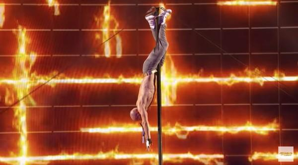 Americas Got Talent: Giở trò nuốt kiếm, Quán quân Tìm kiếm tài năng Nga suýt chết!-4