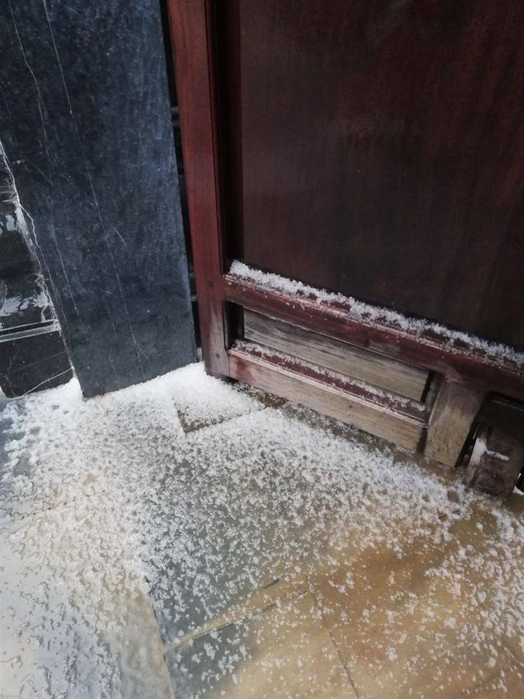 Chưa từng có: Mưa và tuyết cùng rơi phủ trắng Fansipan-2