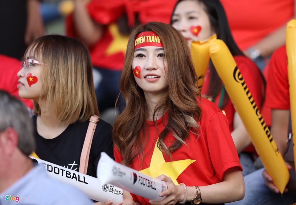 CĐV nữ xinh đẹp tiếp lửa cho tuyển Việt Nam đối đầu Iraq-1