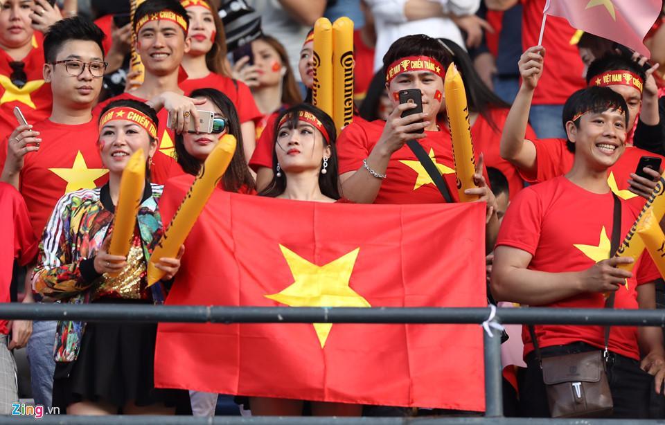 CĐV nữ xinh đẹp tiếp lửa cho tuyển Việt Nam đối đầu Iraq-2