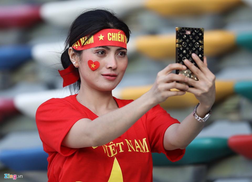 CĐV nữ xinh đẹp tiếp lửa cho tuyển Việt Nam đối đầu Iraq-3