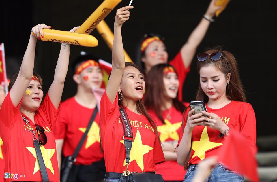 CĐV nữ xinh đẹp tiếp lửa cho tuyển Việt Nam đối đầu Iraq-5