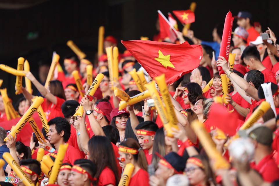CĐV nữ xinh đẹp tiếp lửa cho tuyển Việt Nam đối đầu Iraq-7