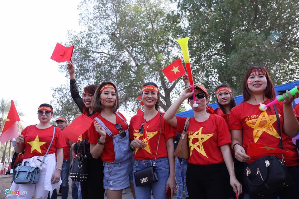 CĐV nữ xinh đẹp tiếp lửa cho tuyển Việt Nam đối đầu Iraq-8