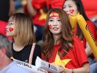 CĐV nữ xinh đẹp 'tiếp lửa' cho tuyển Việt Nam đối đầu Iraq