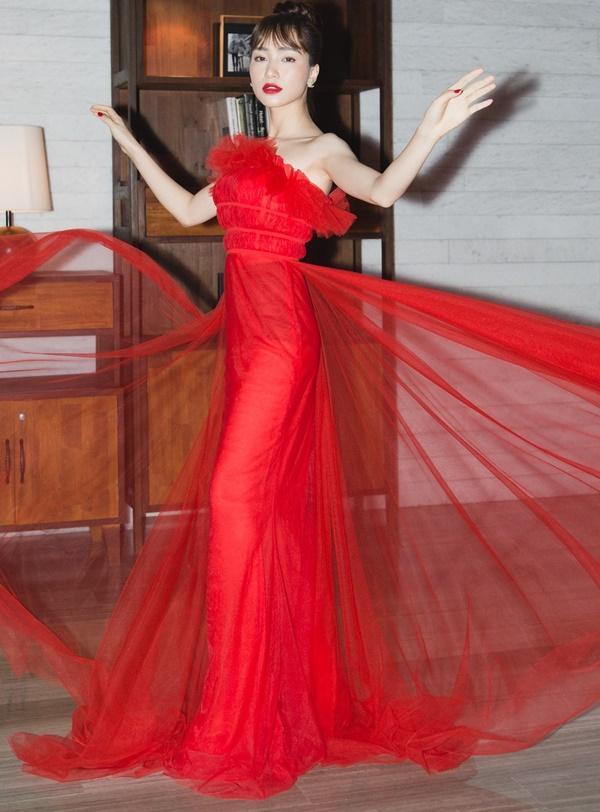 Nhại theo Hương Giang Idol cách pose dáng nữ thần, Hòa Minzy lập tức chiếm spotlight thảm đỏ-2