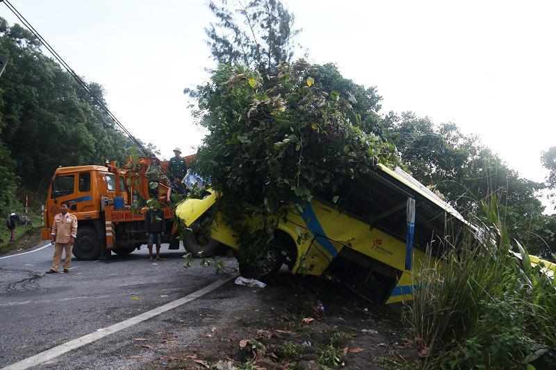 Xe khách lao vực đèo Hải Vân: Tài xế đã cố cho xe tựa sườn núi-1