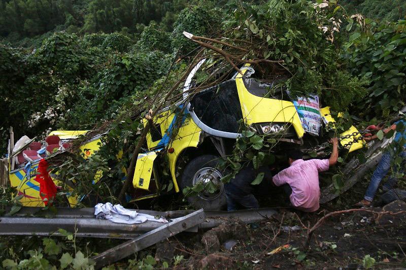 Xe khách lao vực đèo Hải Vân: Tài xế đã cố cho xe tựa sườn núi-2