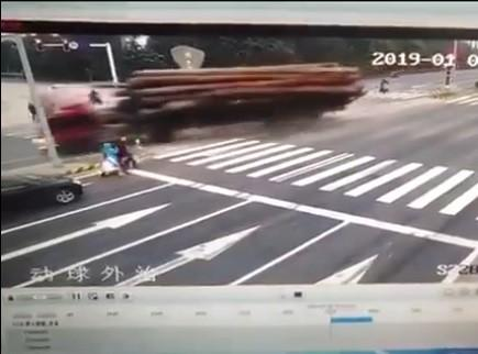 Tránh người sang đường bất cẩn, xe tải gặp tai nạn kinh hoàng-1