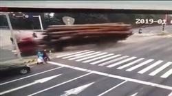 Tránh người sang đường bất cẩn, xe tải gặp tai nạn kinh hoàng