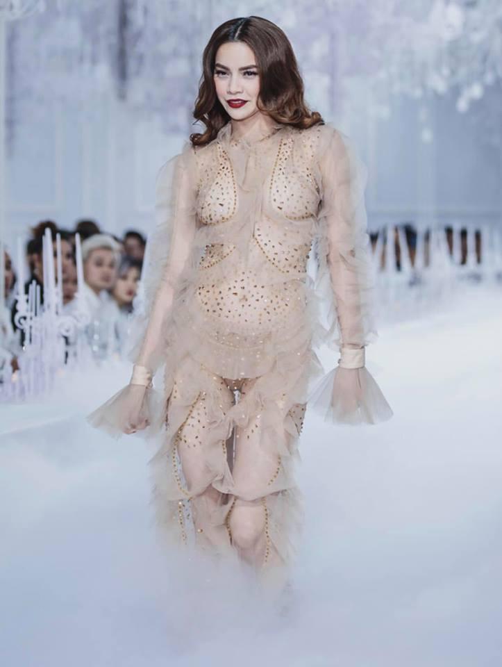 Catwalk vẫn đẳng cấp thần sầu, Hồ Ngọc Hà mặc như không trên sàn diễn thời trang-4