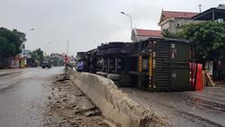 Thanh Hóa: Tài xế buồn ngủ, xe đầu kéo lật ngang trên quốc lộ