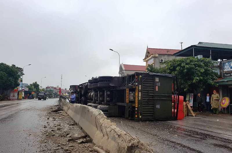 Thanh Hóa: Tài xế buồn ngủ, xe đầu kéo lật ngang trên quốc lộ-1