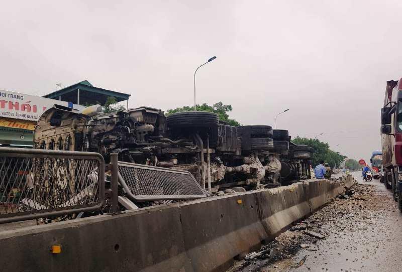 Thanh Hóa: Tài xế buồn ngủ, xe đầu kéo lật ngang trên quốc lộ-2