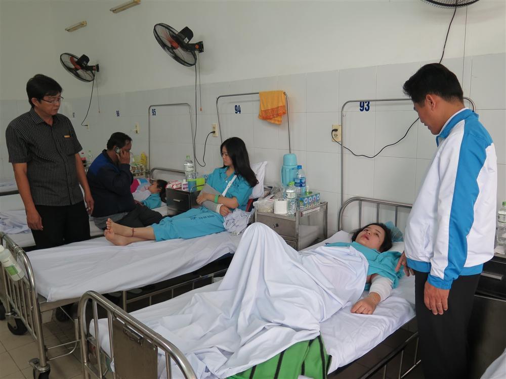 Vụ xe khách rơi khỏi đèo Hải Vân: Đưa nữ sinh xấu số về quê nhà-1