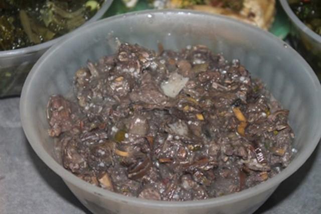 Món thịt thối đặc sản lúc nhúc giòi ở vùng núi Sơn La-1