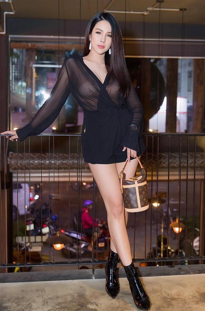 STREET STYLE sao Việt: Diệp Lâm Anh diện jumpsuit xuyên thấu khoe ngực phồn thực đối lập Kỳ Duyên kín đáo, sang xịn mịn-1