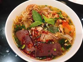 Bữa tối chán cơm thì đổi món với bún bò Huế chuẩn vị thơm nức