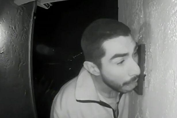 Cảnh sát Mỹ truy tìm kẻ biến thái liếm chuông cửa suốt 3 giờ đồng hồ trong đêm-1