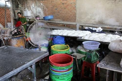 TP. HCM: Phát hiện hơn 2 tấn bún cũ, bún thải trộn hóa chất bán ra thị trường-1