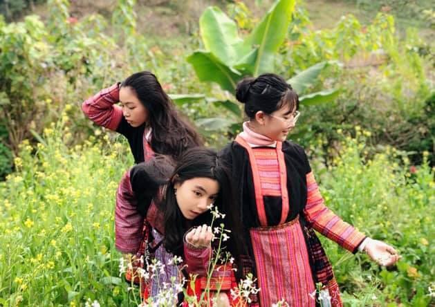 Khoe ảnh cả gia đình du lịch Mộc Châu, 2 con gái Quyền Linh được người xem tấm tắc thần thái như hoa hậu-2