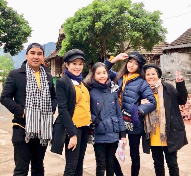 Khoe ảnh cả gia đình du lịch Mộc Châu, 2 con gái Quyền Linh được người xem tấm tắc thần thái như hoa hậu-1