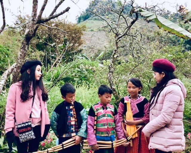 Khoe ảnh cả gia đình du lịch Mộc Châu, 2 con gái Quyền Linh được người xem tấm tắc thần thái như hoa hậu-14