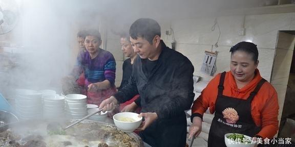 Quán mì bán được hơn 1.000 bát mỗi ngày nhờ vào thứ gia vị quán nào cũng có-2